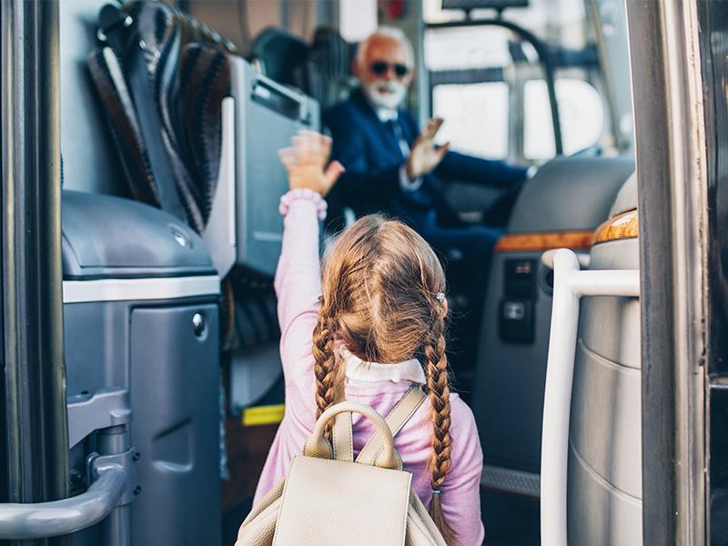petite fille et chauffeur du Pass Thelle Bus se saluent
