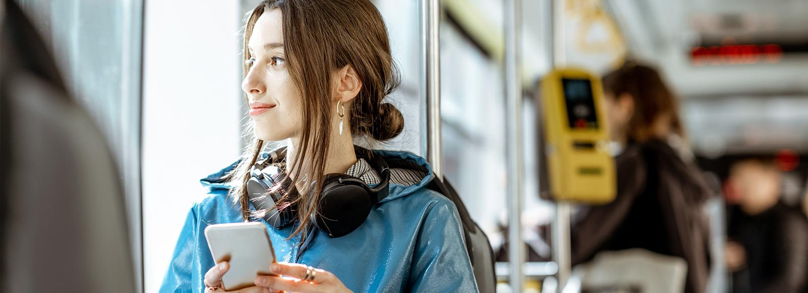 Femme bus transport à la demande smartphone pour réservation