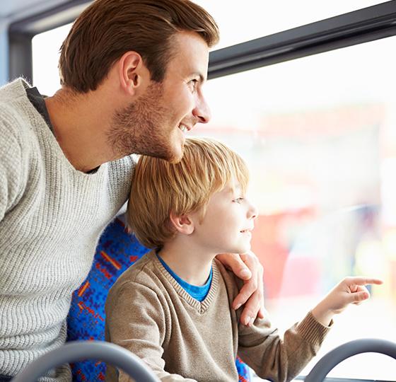 Père et fils utilisant le Pass Thelle Bus - service de transport à la demande