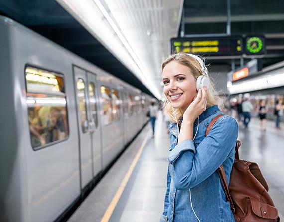 femme dans gare après avoir utilisé le Pass Thelle Bus service gares